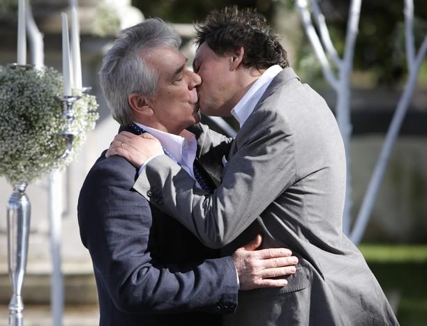 ... Germano: beijo e casamento no final de 'Dancin´Days', em Portugal
