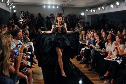 A atriz, de 26 anos, teve postura de top model na passarela