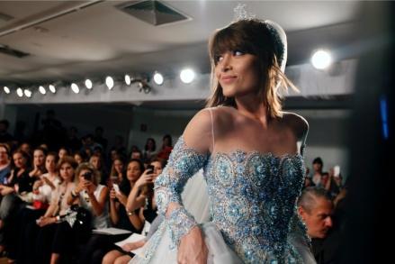 A estrela também ficou linda com um vestido mais romântico